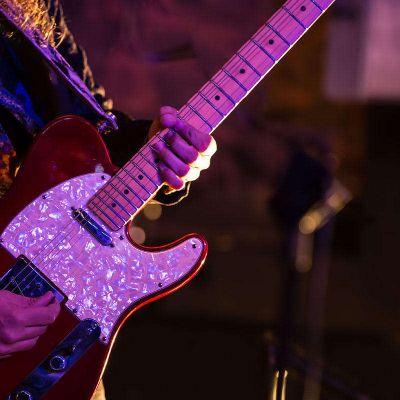 Arda Bagcioglu jaming blues guitar